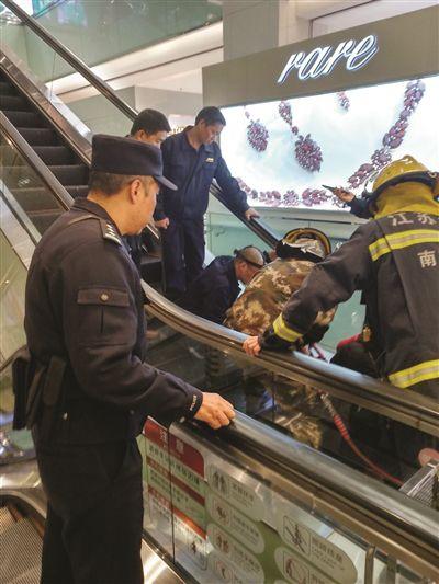 女童因好奇自动扶梯毛刷被卡住脚 民警消防联手紧急救援