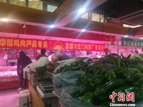 资料图:北京丰台一家菜市场里的肉食区。 谢艺观