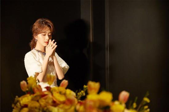 谭松韵出席时尚活动 素色长裙尽显温婉韵味