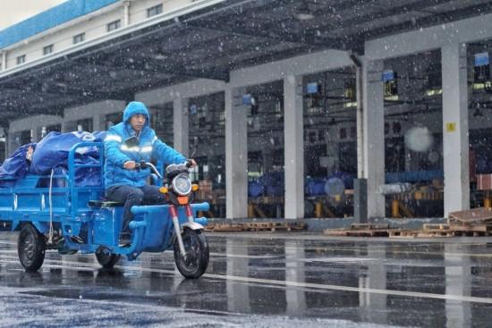 寒潮暴雪持续 菜鸟星计划显示每天千人感谢快递员雨雪无阻