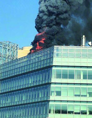 北京融科大厦楼顶空调冷却塔起火