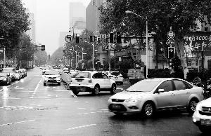 南京两路口启用新国标右转绿灯不亮 走不走绕蒙车主