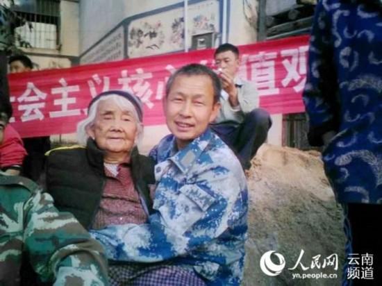 温暖!农民儿子抱年迈母亲看文艺演出的背后