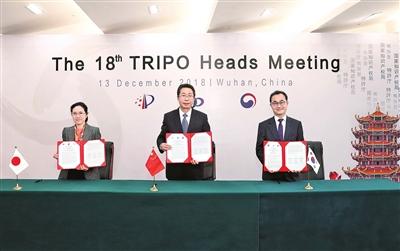 图为中日韩三局签署《第18次中日韩三局局长会议会谈纪要》本报记者 蒋文杰 摄