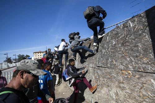 ...图翻越障碍到达美墨边境.(法新社)-特朗普称边境移民越来越少 ...图片 35535 500x333