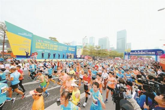 万多名跑者参加2018深圳国际马拉松比赛.-2018深圳国际马拉松赛