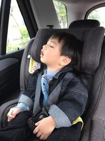 Ella晒老公和儿子睡姿同步照 笑称:小孩真的不能偷生