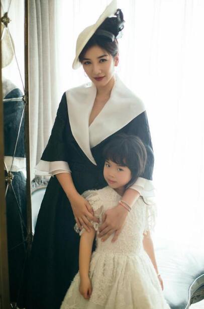 黄奕直言第二段婚姻为噩梦 女儿成为她的精神支柱
