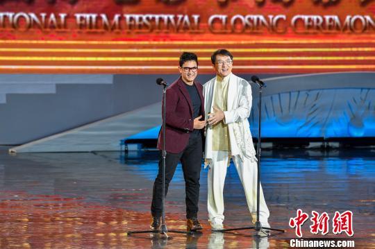 """成龙和印度影星阿米尔・汗共同揭晓""""年度影片""""荣誉。 骆云飞 摄"""