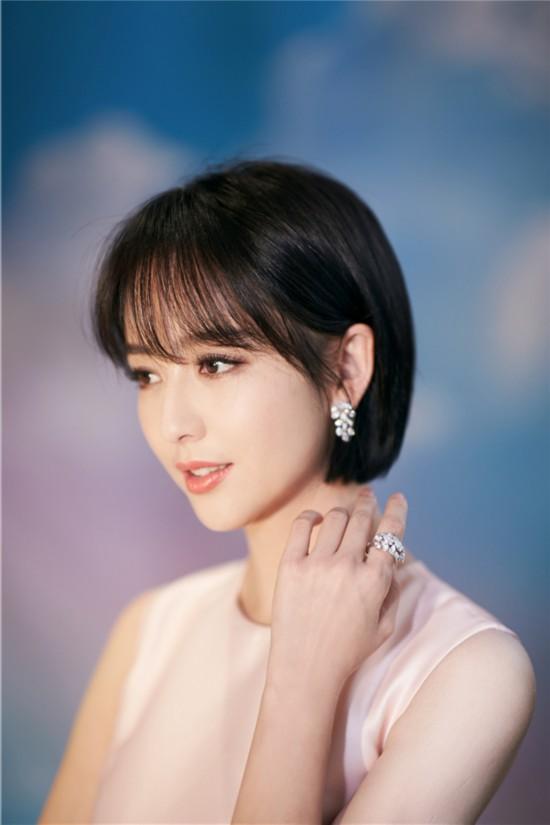 佟丽娅出席时尚盛典粉色长裙尽显柔美气质
