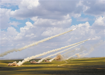 """进入""""新体制时间"""",组织形态重塑焕发巨大生机。图为火箭军部队导弹多箭齐射的震撼场景。任方正 摄"""