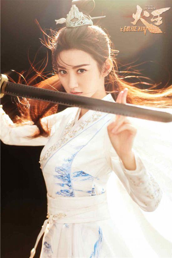 景甜《火王》走心诠释奉剑获赞 古装收官现代
