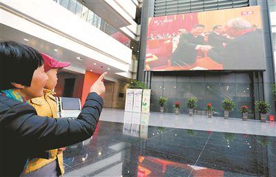 南京市民观看庆祝改革开放40周年大会电视直播