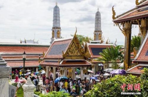 中国侨网资料图:游客在泰国曼谷大王宫游览。 翟李强 摄