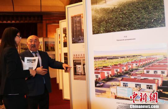 """12月19日,""""大美新疆图片展""""在哈萨克斯坦最大城市阿拉木图洲际酒店启幕。 文龙杰 摄"""