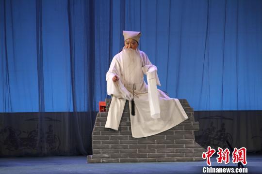 吕焕岭在传统吕剧《墙头记》中饰演张张木匠。原料图。受访者供图
