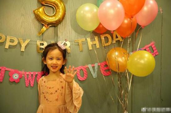 黄磊晒多妹庆五岁生日图 笑容甜美可爱
