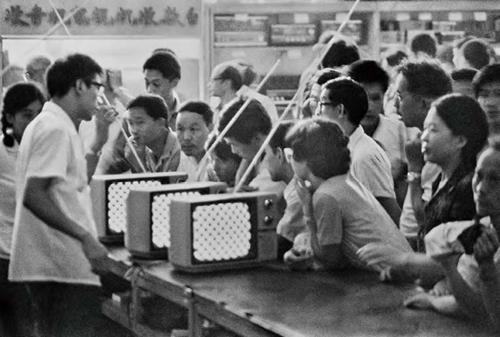 1981年,北京西单商场,抢购电视机。受访者供图