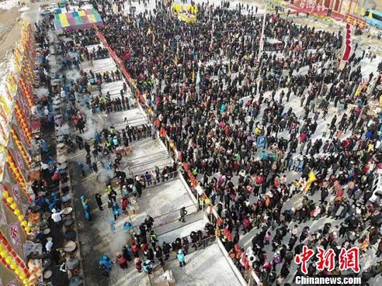 """图为高空俯瞰5万人排队等候分食""""牛娃子饭""""。 杨艳敏 摄"""