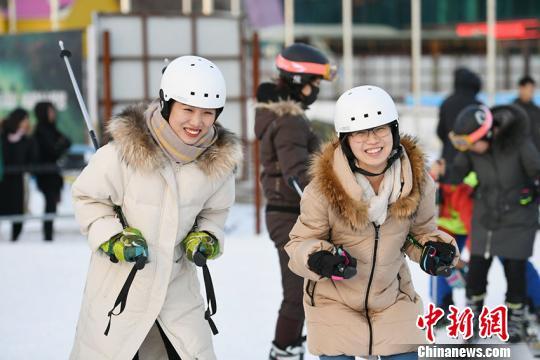 进入冬季,长春各大滑雪场均迎来大量滑雪客。 罗浩 摄