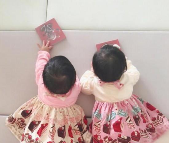 張杰雙胞胎女兒穿裙亮相 模樣十分可愛