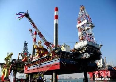 """资料图:2017年2月24日,中国建造的首座海上移动式试采平台""""海洋石油162""""在烟台芝罘湾海域交付。中新社记者 王娇妮 摄"""