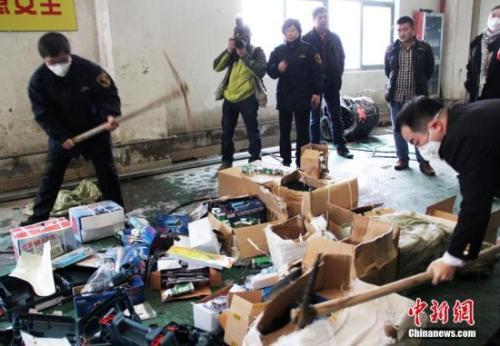 资料图:浙江舟山海关销毁查获的5万多件侵权货物。中新社发 夏艺瑄 摄
