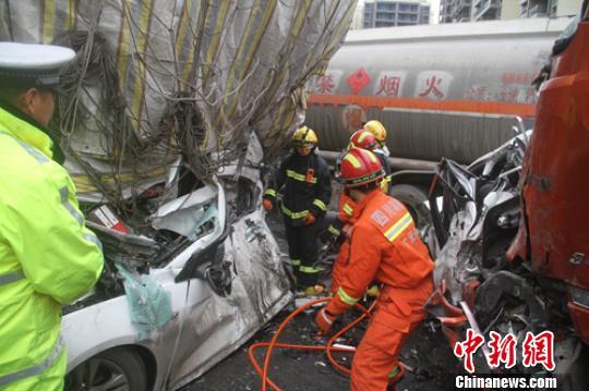 交警、消防等救援人员正在事故现场处置。 廖涛 摄