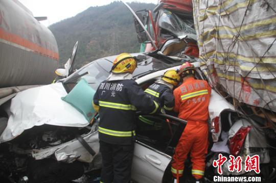 救援人员正在现场营救被困者。 廖涛 摄