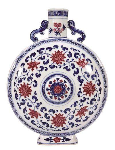 清雍正供御青花釉里红缠枝莲纹抱月瓶。