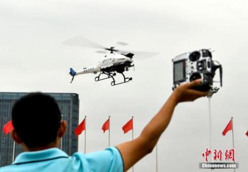 资料图:一男子操作无人机。<a target='_blank'  data-cke-saved-href='http://www.chinanews.com/' href='http://www.chinanews.com/'><ppictext