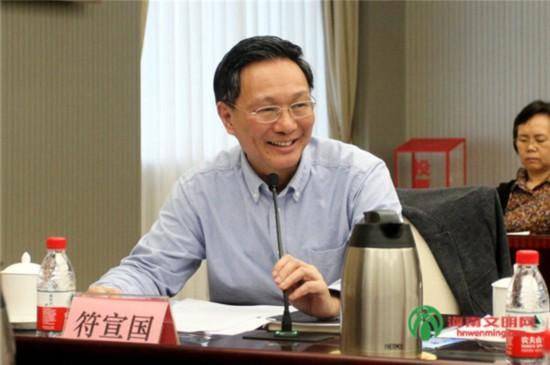 海南省委宣传部常务副部长、省电影局局长符宣国主持会议。.jpg