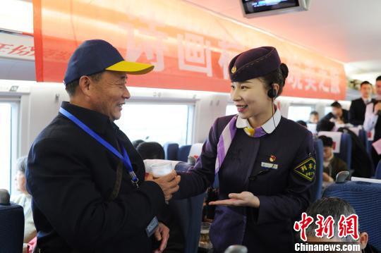 列车长为旅客们献上安徽名茶。 张娅子 摄