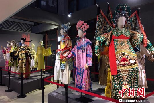 图为重庆川剧博物馆展出的川剧戏服。 张颖绿荞 摄