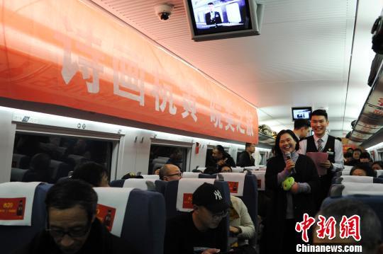 南京乘客姜女士说,经常要从南京到千岛湖,以前只能中转,每次耗时5小时以上,现在只要3小时,太方便了。 张娅子 摄