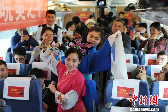 中国铁路上海局集团有限公司合肥客运段乘务员为旅客们表演黄梅戏。 张娅子 摄