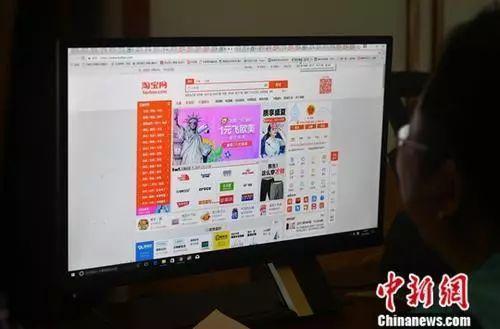 民众正在上网购物。 吕明 摄