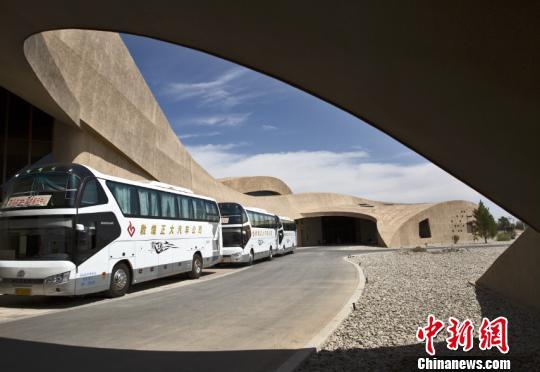 图为莫高窟数字展示中心前往洞窟的摆渡车等候区。(资料图) 孙志军 摄