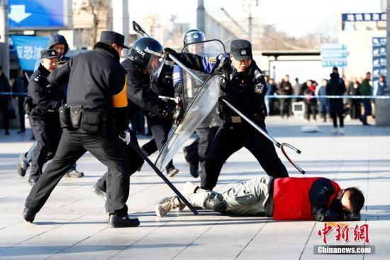 资料图:北京铁路公安开展联合反恐演练。<a target='_blank'  data-cke-saved-href='http://www.chinanews.com/' href='http://www.chinanews.com/'><p  align=