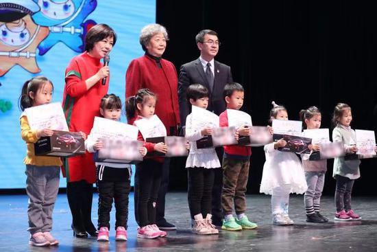 对获奖儿童的优秀表现给予嘉奖