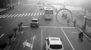 江苏昆山一男子等红灯被车轧 反要赔偿对方损失