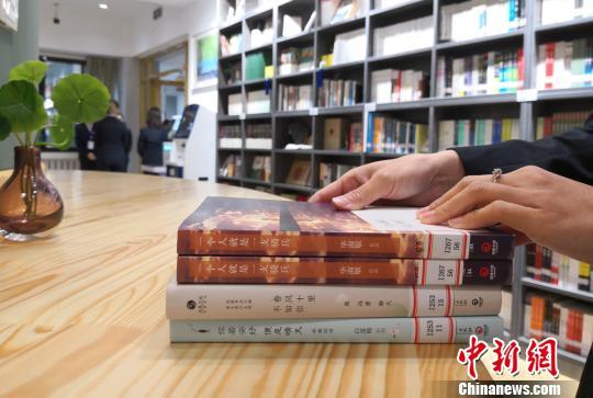 """图为市民在""""书房""""借书。 刘玉桃 摄"""