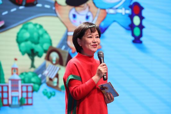 鞠萍姐姐与获奖儿童之间有趣互动