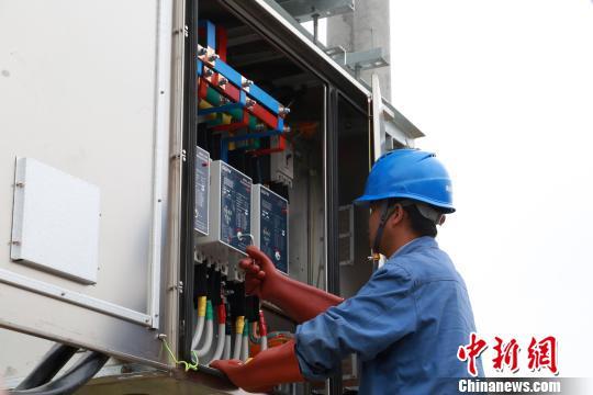 原料图为青海电网改造升级工程。 罗云鹏 摄