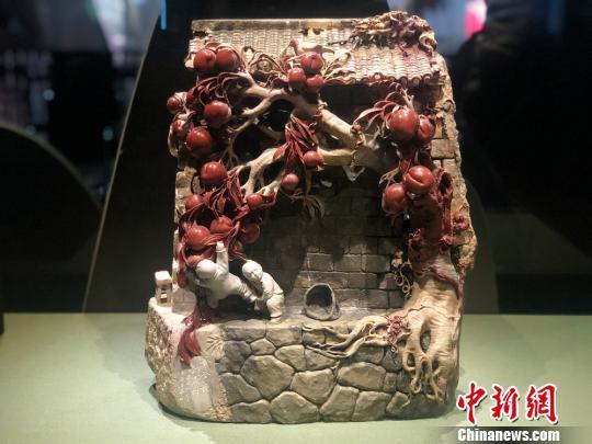 2013年创作的泰顺石石雕作品《爷爷种的桃树》 潘沁文 摄