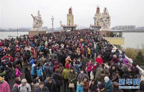 #(社会)(1)南京长江大桥向公众开放人气旺