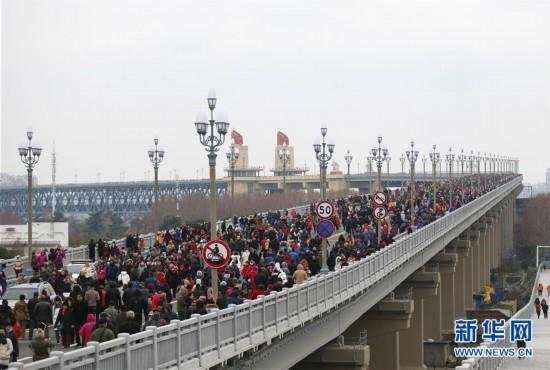 #(社会)(3)南京长江大桥向公众开放人气旺