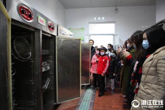 杭州一小学开放厨房家长亲自检查食品卫生