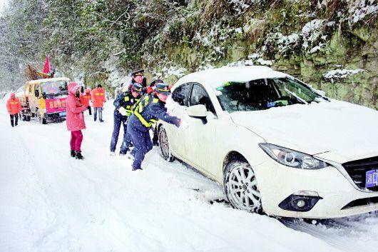 图为天柱公路管理段组织职工救援被困雪中的车辆。