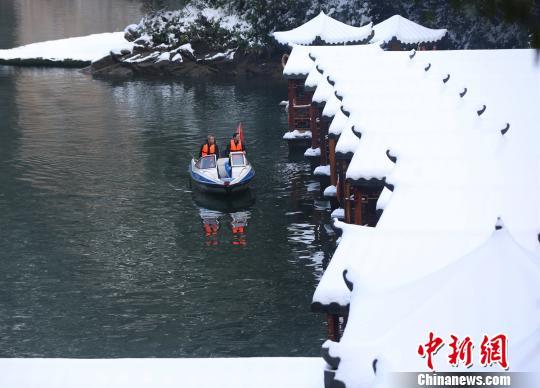 宝峰湖景区工作人员对游船进行巡检。 吴勇兵 摄